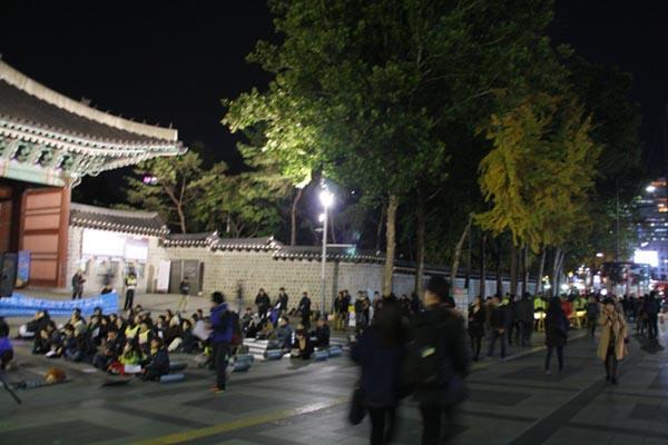 매일미사가 열리는 대한문 앞 은행나무 대한문 앞에도 서너 그루의 은행나무도 노랗게 단풍들었다.