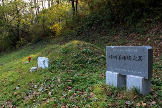진주 새벼리 언덕에 아무 표지 없이 오랜 세월 쓸쓸히 누워 있던 형평운동가 강상호 묘지 앞에는 그의 정신과 용기를 기리는 이름 모를 시민에 의해 비석이 세워지기도 했다.