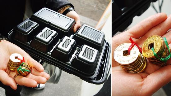 통인시장 도시락 카페를 이용하기 위해서는 현금을 엽전으로 바꿔야 한다. 현금을 엽전으로 바꾸면 플라스틱 도시락도 함께 준다.