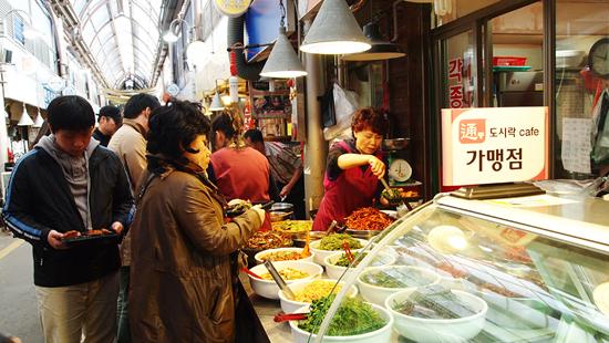 통인시장 도시락 카페의 가맹점인 한 반찬가게 앞에서 차례로 줄서서 기다리고 있는 사람들.