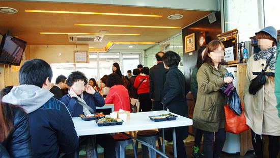 반찬을 다 구매한 사람들은 2층으로 올라와 밥과 국을 구매할 수 있다. 앉아서 먹을 수 있는 카페도 마련되어 있다.