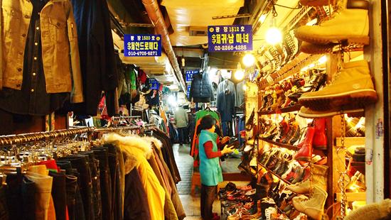 광장시장 2층에 위치한 구제시장. 독특한 패턴의 옷이나, 신발, 가방 등을 팔고 있다.