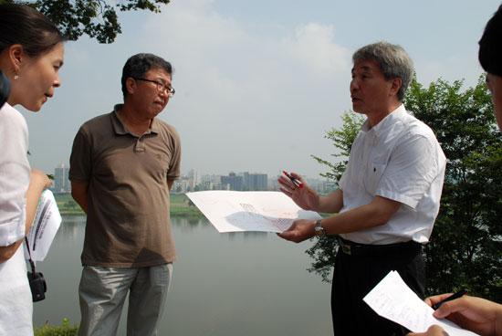 지난 8월 공산성 붕괴 현장을 찾아 문제점을 지적하고 있는 허재영 교수(오른쪽).