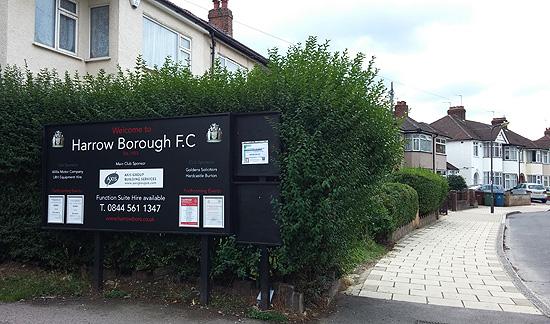 런던 북부의 한 동네에 있는 축구 클럽 전용 경기장. 이 풋볼 크럽은 1933년에 창단했다.