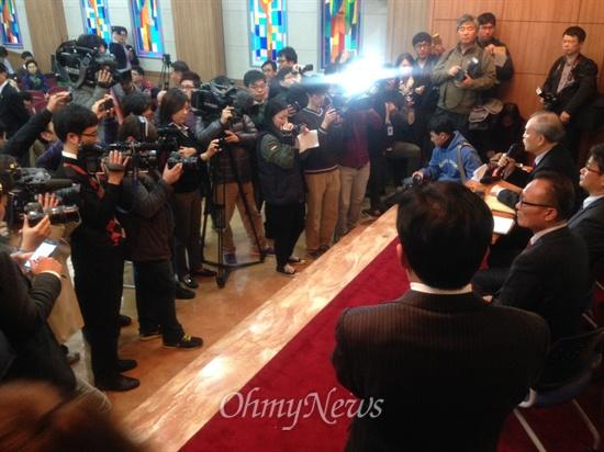 취재진들에게 둘러싸여 기자회견을 하고 있는 '교회바로세우기장로기도모임'의 모습.