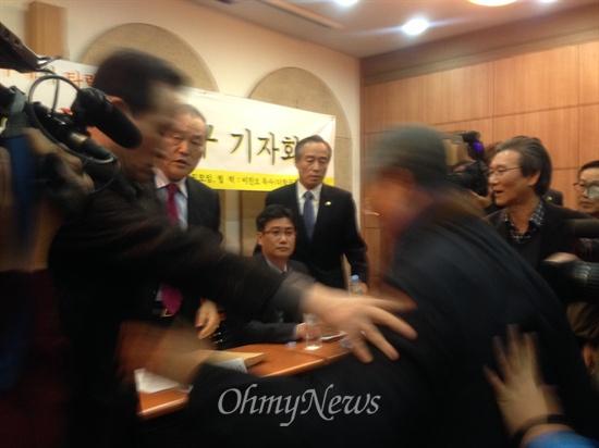 14일 열린 '조용기 목사 일가 퇴진 촉구 기자회견'에 순복음교회 측 관계자가 뛰쳐들어왔다.