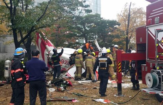 민간 헬기콥터가 충돌한 16일 오전 서울 삼성동 아이파크 아파트 현장에서 소방대원들이 추락한 헬기 잔해를 조사하고 있다.