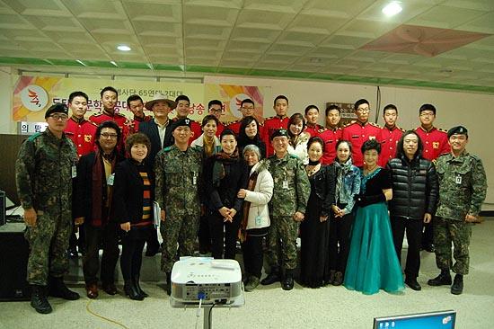 1부 공연후 공연에 초대된 출연자들과 병사들 그리고 연대장과 대대장이 함께 하고 있다.