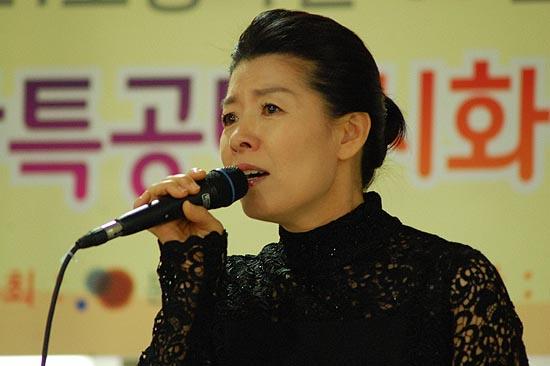 시낭송 공연자 공혜경 씨 한국시낭송공연예술원장 공혜경씨는 시낭송을 공연의 장르로 이끌고 있는 낭송가이다.