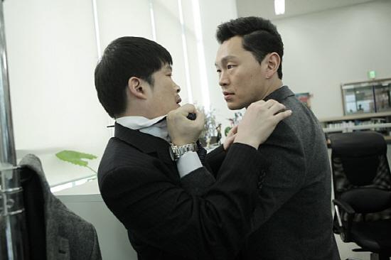 10월 30일 개봉한 영화 <응징자>의 한 장면. 창식 역으로 분한 양동근이 직장 상사의 멱살을 잡고 있다.