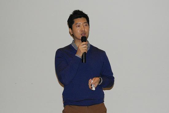 브링유어컵 김영준 대표가 일회용 컵 사용이 환경과 건강에 미치는 영향에 대해 설명하고 있다.