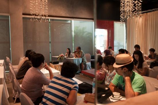 태국 후아힌 현지에서 진행 중인 'FLY 2013' 행사. 그룹별 멘토와 참가자들이 질의응답 시간을 갖고 있다.