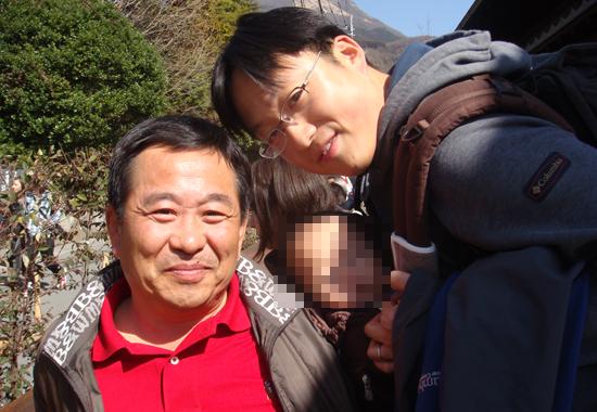 함께 여행을 가서 남긴 강금원 회장 일가 3대. 아버지 강금원 회장과 아들 강석무 이사.