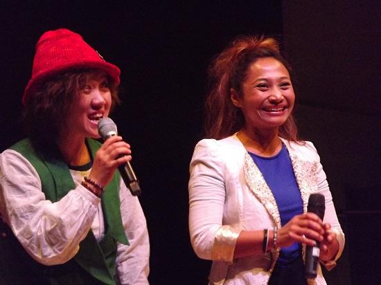 공연 사이사이 단원들의 경험을 바탕으로 한 생생한 이야기 우측 인도네시아 출신의 아띤씨와 좌측 고현경씨가 관객과 이야기 나누고 있다.