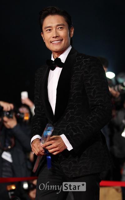 22일 오후 서울 회기동 경희대에서 열린 제34회 청룡영화상 레드카펫에서 배우 이병헌이 입장하며 미소짓고 있다.