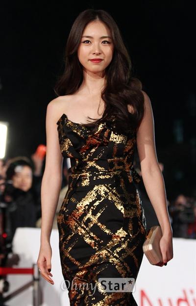 22일 오후 서울 회기동 경희대에서 열린 제34회 청룡영화상 레드카펫에서 배우 이연희가 입장하며 미소짓고 있다.