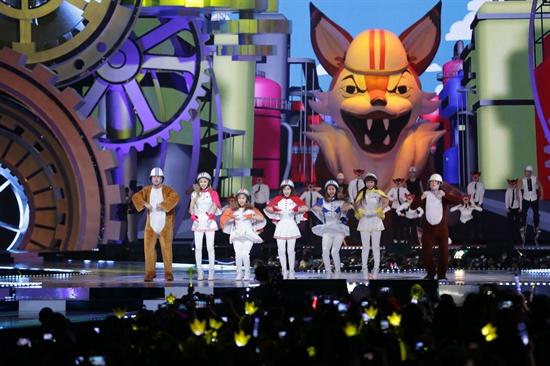 22일 오후 7시(현지시간)부터 4시간 여 동안 홍콩 아시아 월드 엑스포 아레나에서 열린 2013 엠넷 아시안 뮤직 어워드(Mnet Asian Music Award)에서 크레용팝과 노르웨이 코믹 듀오 일비스(Ylvis)가 무대를 펼쳤다.