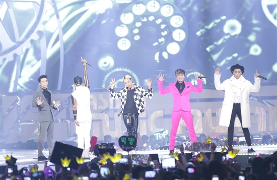 22일 오후 7시(현지시간)부터 4시간 여 동안 홍콩 아시아 월드 엑스포 아레나에서 열린 2013 엠넷 아시안 뮤직 어워드(Mnet Asian Music Award)에서 빅뱅이 무대를 펼쳤다.