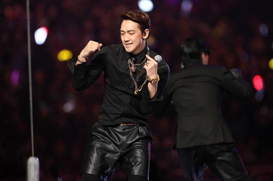 22일 오후 7시(현지시간)부터 4시간 여 동안 홍콩 아시아 월드 엑스포 아레나에서 열린 2013 엠넷 아시안 뮤직 어워드(Mnet Asian Music Award)에서 비가 무대를 펼쳤다.
