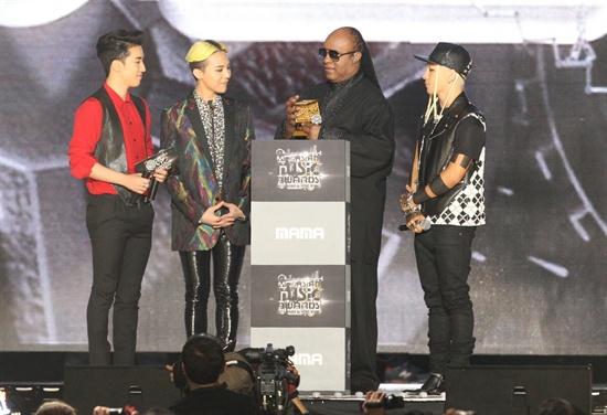22일 오후 7시(현지시간)부터 4시간 여 동안 홍콩 아시아 월드 엑스포 아레나에서 열린 2013 엠넷 아시안 뮤직 어워드(Mnet Asian Music Award)에서 스티비 원더(Stevie Wonder)가 뮤직 메이크스 원 앰버서더 어워드(Music Makes One ambassador award)를 받았다.