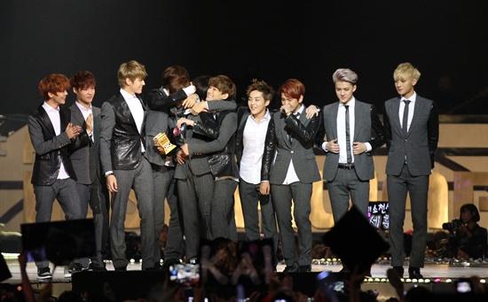 22일 오후 7시(현지시간)부터 4시간 여 동안 홍콩 아시아 월드 엑스포 아레나에서 열린 2013 엠넷 아시안 뮤직 어워드(Mnet Asian Music Award)에서 엑소(EXO)가 대상 격인 '올해의 앨범상'을 받았다.