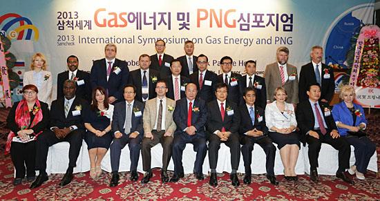 심포지엄 참석자들이 함께 모여 찍은 기념 사진. 아래 왼쪽에서 다섯번째가 러시아 에너지부 차관으로 초청된 시몬 다닐로프. 그 옆에 김대수 삼척시장이 함께 앉아 있다.