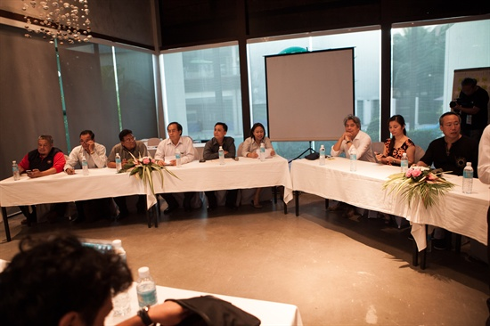 태국 후아힌에서 진행 중인 'FLY 2013' 행사. FILM ASEAN 소속의 각 대표들이 FLY 참가자들과 간담회를 갖고 있다.