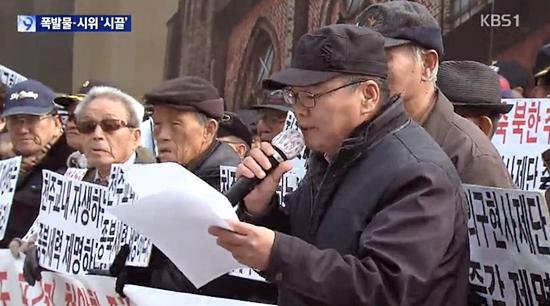 보수 단체는 방송3사 모두 보도   24일 명동성당 앞에서 '대한민국바로세우기본부'·'어버이연합' 등 보수단체들이 정의구현 사제단 박창신 신부의 22일 시국미사에서의 'NLL발언'을 규탄하는 집회를 열었다.