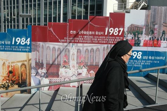 인권·민주화운동 중심지 명동성당 '대통령 사퇴'와 '연평도 포격' 발언으로 천주교정의구현사제단과 박창신 신부를 '종북'으로 규정한 보수단체의 규탄시위가 서울 명동성당앞에서 연일 개최되는 가운데 26일 오후 성당 입구 공사가림막에 87년 6월 항쟁의 기폭재가 된 박종철 고문치사사건과 관련한 천주교정의구현사제단의 활동 사진이 천주교의 대표적인 인권·민주화운동 기록으로 전시되어 있다.