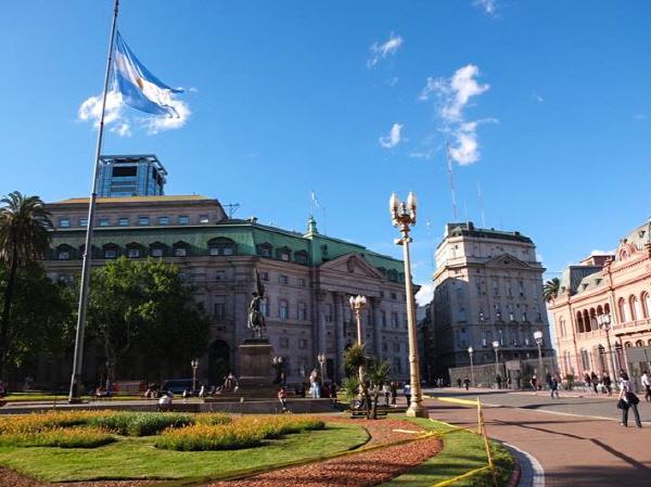 흰 구름과 푸른 하늘, 노랗게 타오르는 태양까지, 아르헨티나의 국기는 부에노스 아이레스의 하늘을 그대로 담았다.