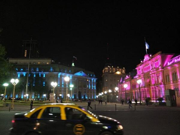 현란한 빛을 발하는 아르헨티나의 대통령 궁과 국회