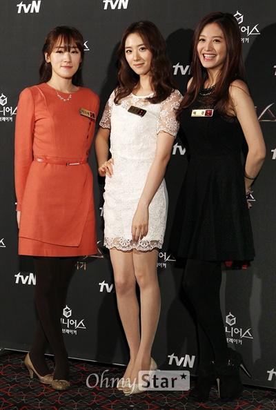3일 오후 서울 상암동 CGV상암에서 열린 tvN <더 지니어스2:룰브레이커> 시사회 및 기자간담회에서 바둑기사 이다혜, 아나운서 조유영, 레인보우의 재경이 포즈를 취하고 있다.