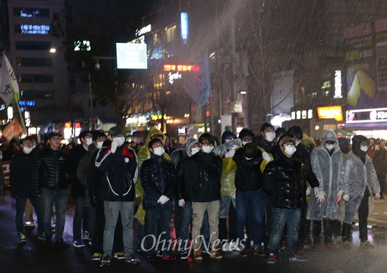 물대포 맞는 학생들 7일 오후 서울 종로구 종로3가에서 비상시국대회에 참가한 학생들이 경찰이 발사한 물대포를 맞고 있다.