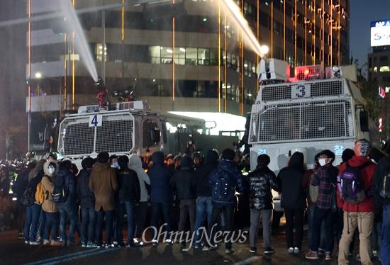물대포에 맞서는 학생들 경찰이 7일 오후 서울 종로구 종로3가에서 비상시국대회에 참가한 학생과 시민들을 강제해산 시키기 위해 물대포를 발사하자, 학생들이 이를 저지하기 위해 손을 잡고 살수차 앞에 서 있다.