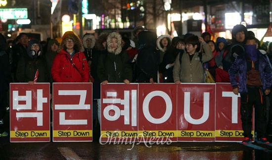 비상시국대회 참가한 학생 '박근혜 OUT' 비상시국대회 참가한 학생과 시민들이 7일 오후 서울 종로구 종로3가에서 도로를 점거한 채, 박근혜 대통령의 퇴진을 요구하고 있다.