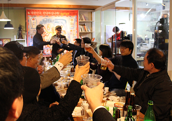 <5·16 공화국> 출판기념회 현장 지난 11월 26일 만평 <장도리>의 오랜 팬들과 함께 한 출판기념회에서, 박순찬 화백과 참석자들이 축배를 들고 있다.