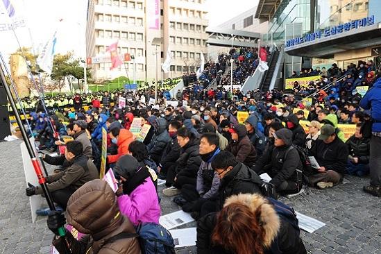 10일 오전, 철도공사 서울사옥에서 수서발KTX 이사회가 열린다는 소식이 알려지자 철도노조 조합원들과 시민들이 항의집회를 하고 있는 모습