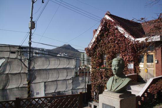 홍난파 가옥 난파 홍영후 흉상과 홍난파 가옥. 홍난파는 1934년부터 7년가량 이곳에서 살았다.