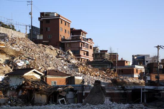 부서진 동네 철거공사가 한창인 홍파동. 포클레인 삽날과 집들이 대조를 이룬다.