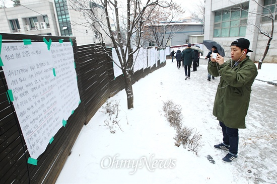 '안녕들하십니까?' 대자보 길 고려대 주현우씨의 철도민영화를 반대하는 학내 대자보 '안녕들하십니까?'가 사회의 주목을 받은데 이에 14일 서울 성북구 고려대 정경대 후문길에 담벼락에 대자보들이 줄지어 붙어 있다.