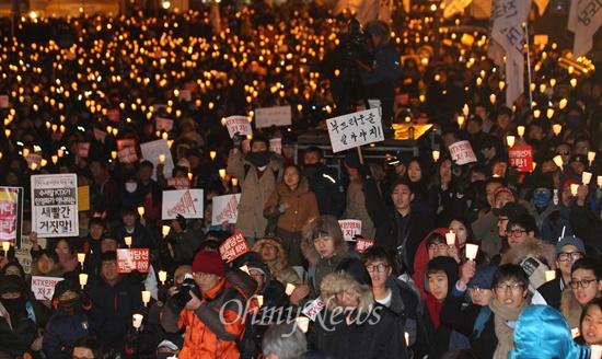시국촛불집회 전국철도노동조합 조합원과 학생, 시민들이 14일 오후 서울 중구 서울역 광장에서 열린 시국촛불집회에서 참석해 철도민영화 반대와 국가기관 정치공작 대선개입을 규탄하며 촛불을 들어보이고 있다.