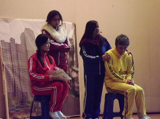 뮤지컬 '수크라이'중에서 우등생 아이 어머니와 그 아이에게 왕따 당한 주인공의 필리핀 어머니가 말싸움을 하는 장면