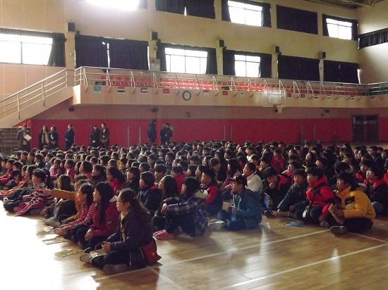 인천, 중구 신흥초등학교 체육관에서 학생들이 뮤지컬에 공감하며 몰입하고 있다.