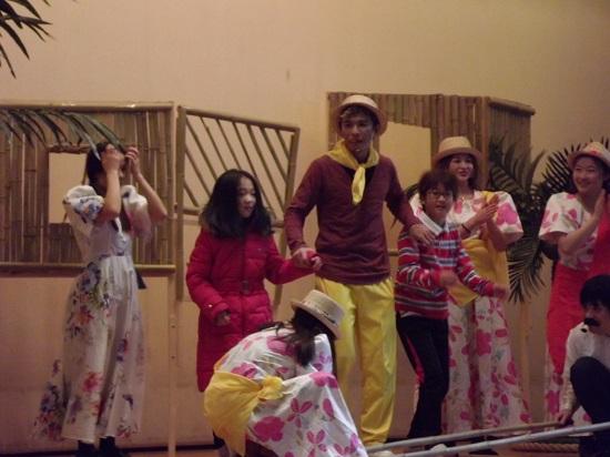 우리 함께 해보자! 마지막으로 주인공과 함께 무대에서 필리핀의 전통 대남춤 체험을 해본 학생들