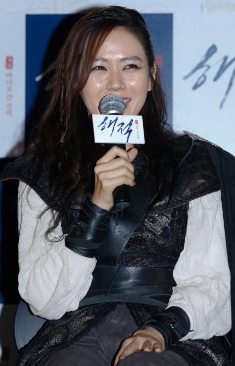 영화 <해적> 현장공개 간담회에 참석한 배우 손예진.