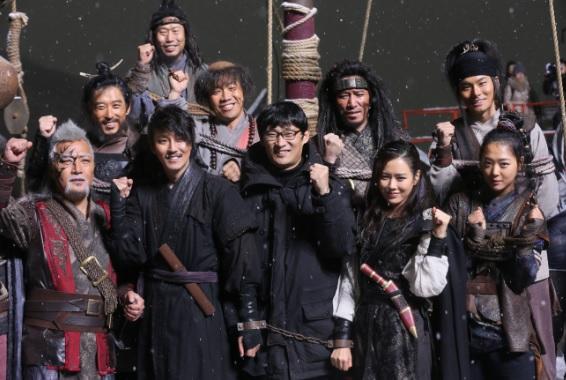 영화 <해적>은 조선 건국 초기 바다 위 여자 해적단과 육지의 남자 산적단의 이야기를 다룬 작품으로 내년 여름 개봉할 예정이다.