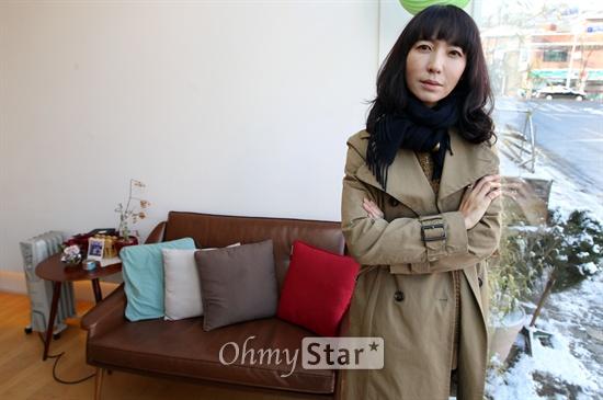 영화 '집으로 가는 길'의 방은진 감독이 11일 오전 서울 종로구 한 카페에서 <오마이뉴스>와의 인터뷰에 앞서 포즈를 취하고 있다.