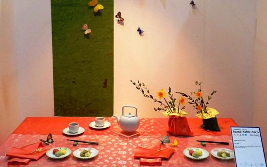 2013홈테이블데코페어 공모전 수상작품 보자기에 담은 꽃과 단아한 도자기 그릇들과 밝고 환한 테이블보가 사람의 마음을 따뜻하게 만드니, 그런 분위기에서 나누는 대화와 먹는 음식은 정신과 육체를 채워 줄 것 같다.