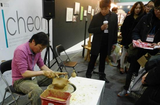 김종령 선생님의 물레시연 연꽃모양의 도자기 만들기를 하고 있다.
