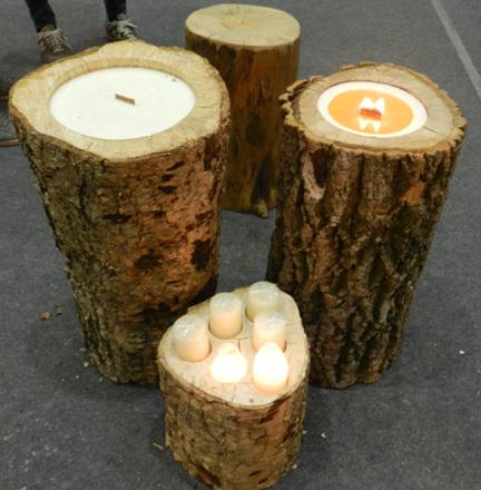 나무 촛대 나무를 통으로 깎아 심지를 넣은 후 초를 만들었다. 그 정성과 아름다움이 대단하다. 마당이 있어야 설치 가능하겠다.